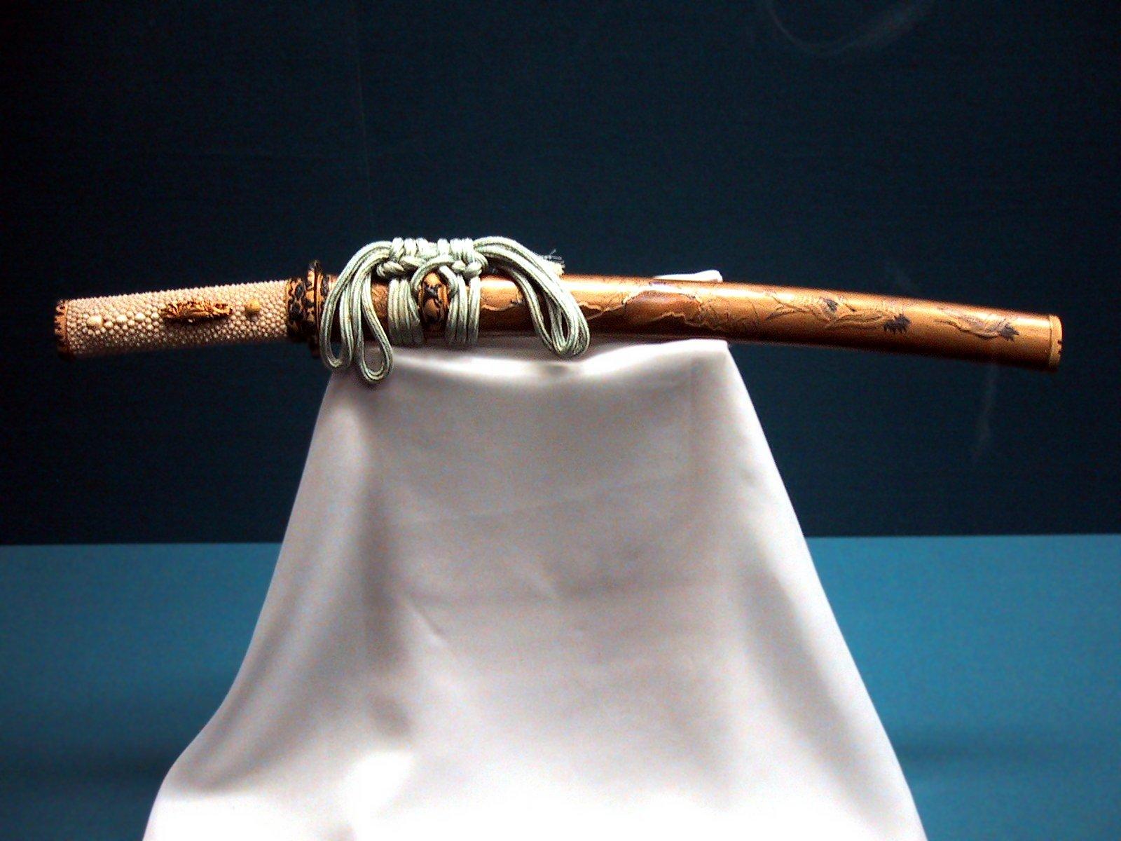 """...это японский меч, бывший слишком коротким, чтобы считаться  """"дайто  """" (длинным мечом) и слишком длинным..."""