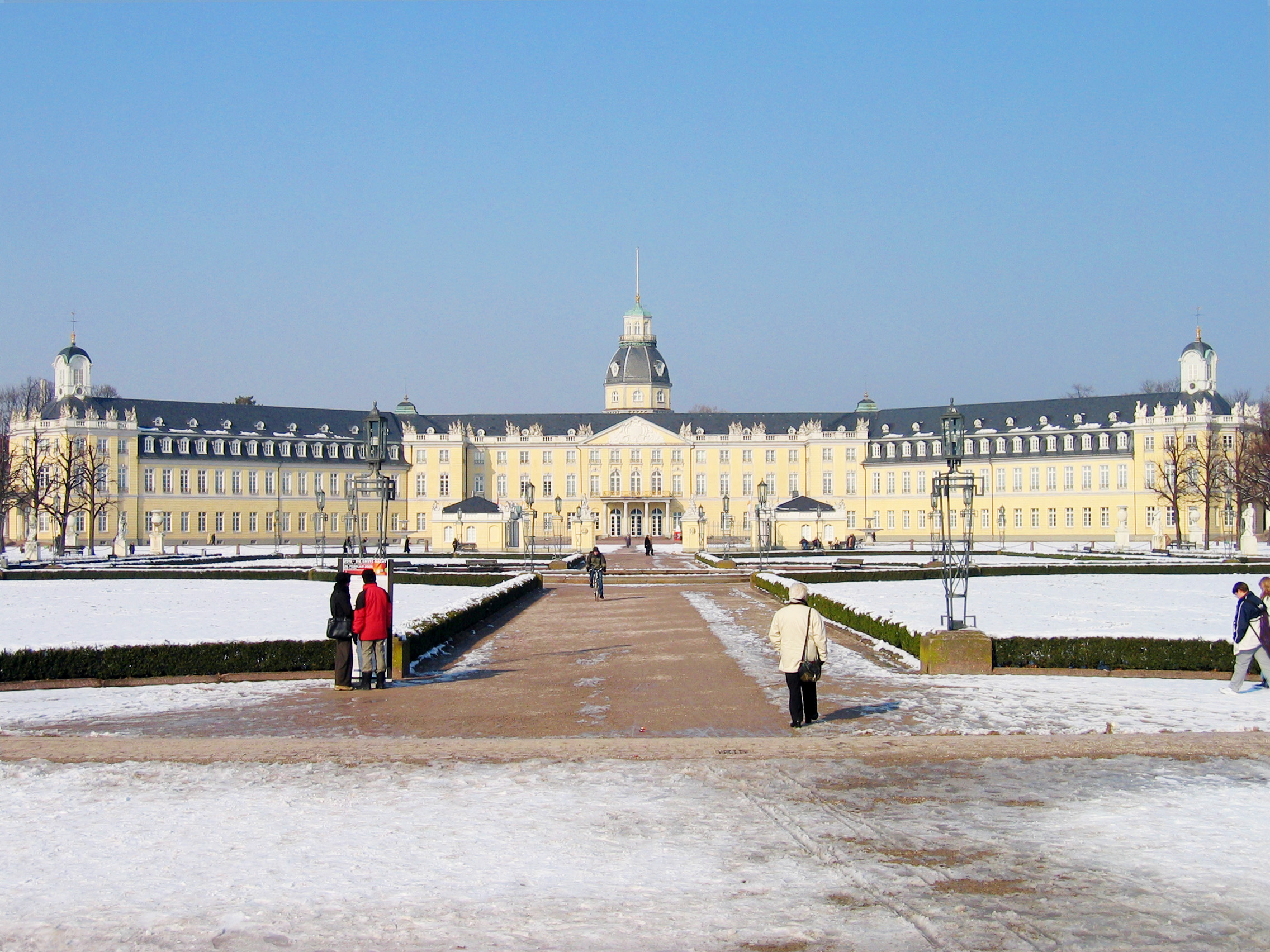 http://de.academic.ru/pictures/dewiki/107/karlsruhe-schloss-meph666-2005-feb-25-pic2.jpg