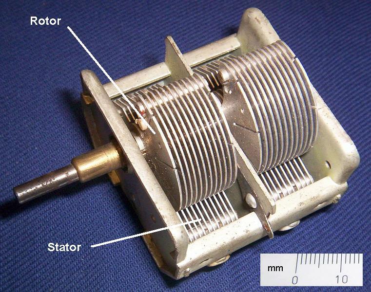 На первых двух картинках конденсаторы с воздушным диэлектриком, на третьей картинке