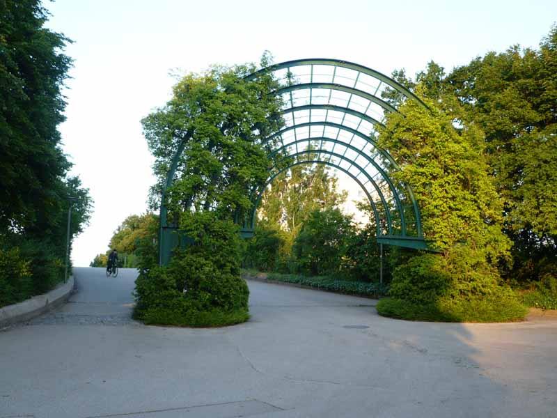 Raumbogen vor der Brücke über den Mittleren Ring