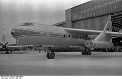 "Roll-out des Turbinenstrahl-Passagierflugzeuges ""152/I V-1"" am 1. Mai 1958"