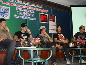 Avenged Sevenfold in Bangkok, Thailand 2007 (von links nach rechts: M. Shadows, Zacky Vengeance, Synyster Gates, The Rev und Johnny Christ)