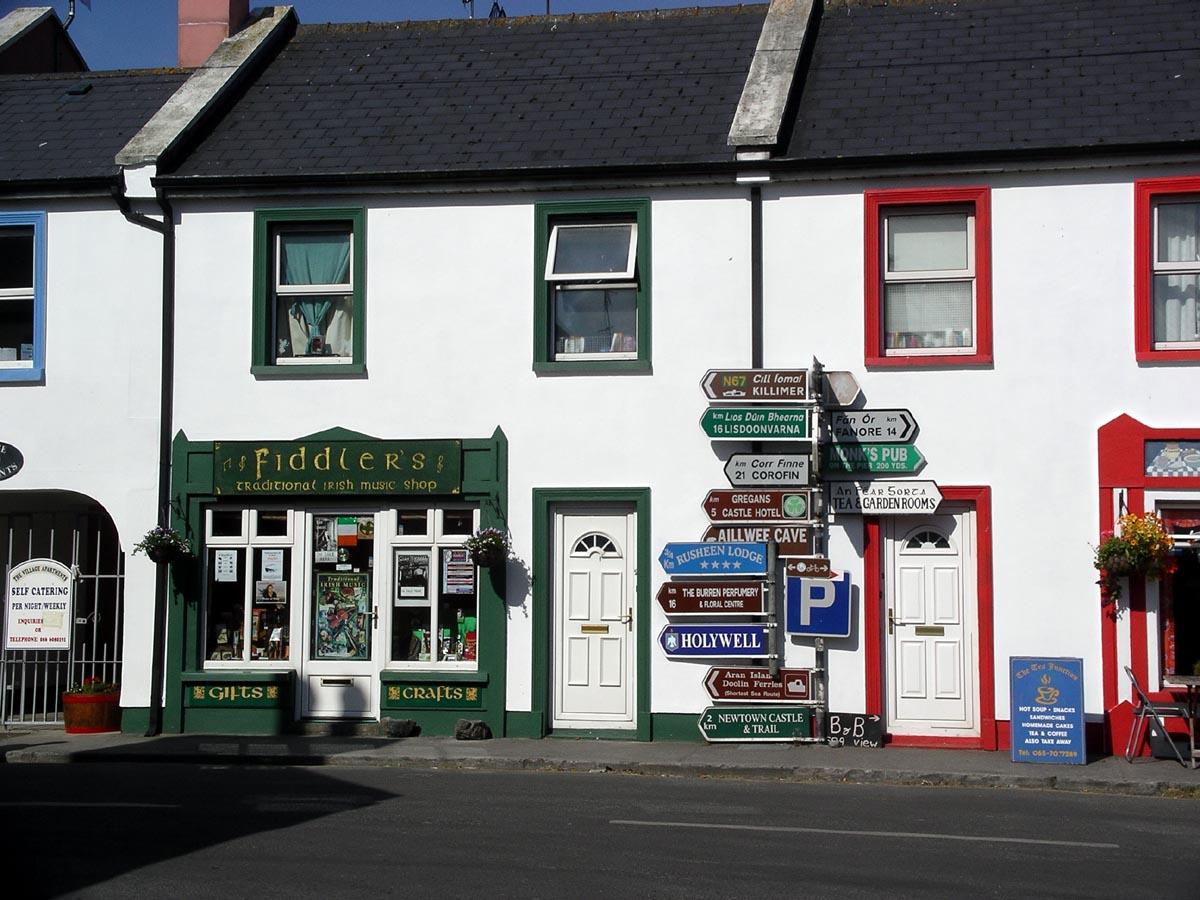 Ballyvaughan Ireland  city photos : Der berühmte Wegweiser im Zentrum des Ortes.