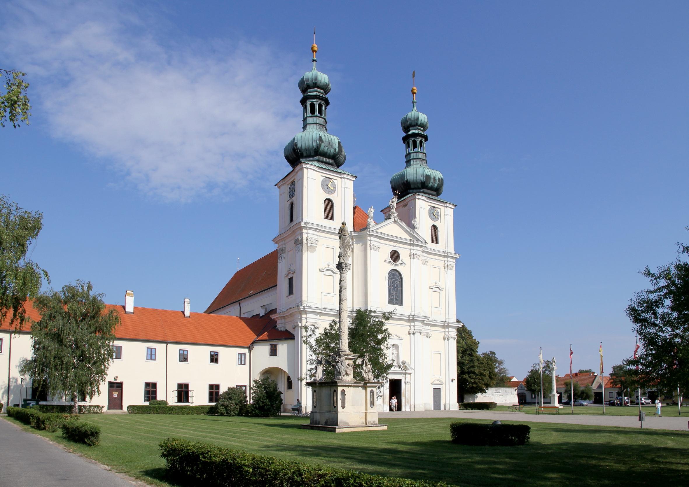 Frauenkirchen Austria  city pictures gallery : Frauenkirchen, Basilika mit Mariensäule und Klostergebäude