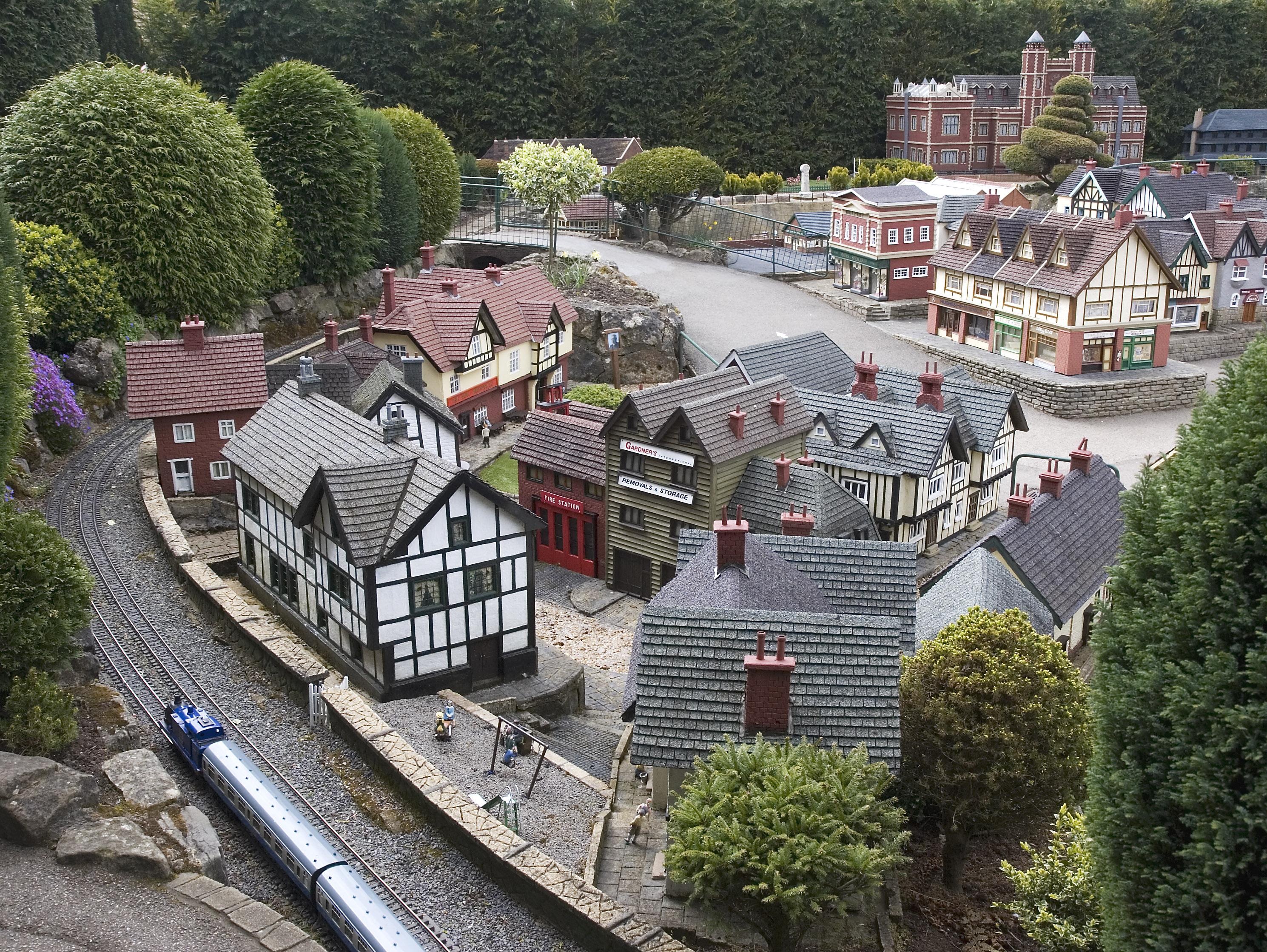 Buildings and train%2C Bekonscot - Gartenbahn