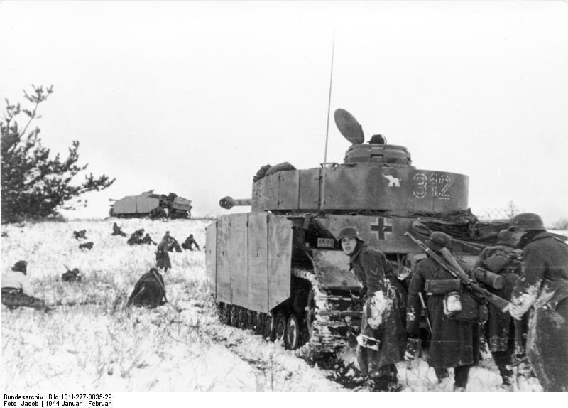 Deutsche soldaten rücken in der deckung von panzern vor januar 1944