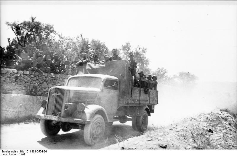 Los principios de Opel y sus modelos Bundesarchiv_Bild_101I-303-0554-24__Italien__Soldaten_auf_LKW_Opel-Blitz
