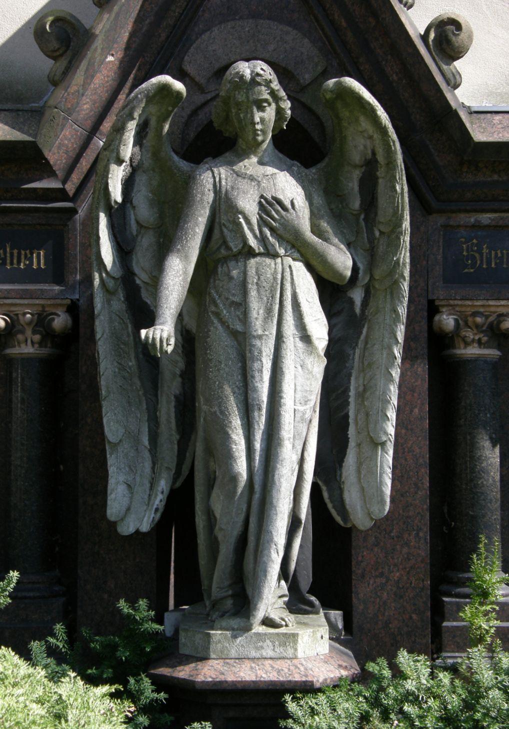 http://de.academic.ru/pictures/dewiki/70/Friedhof_Wilmersdorf_-_August_Bauer_-_Engel_Grabst%C3%A4tte_Bolze.jpg
