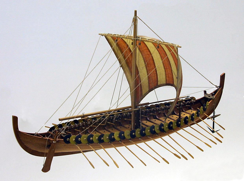 боевой корабль викингов.  Жесткую конструкцию могли разбить волны, но корабли викингов были гибкими подобно дельфину.