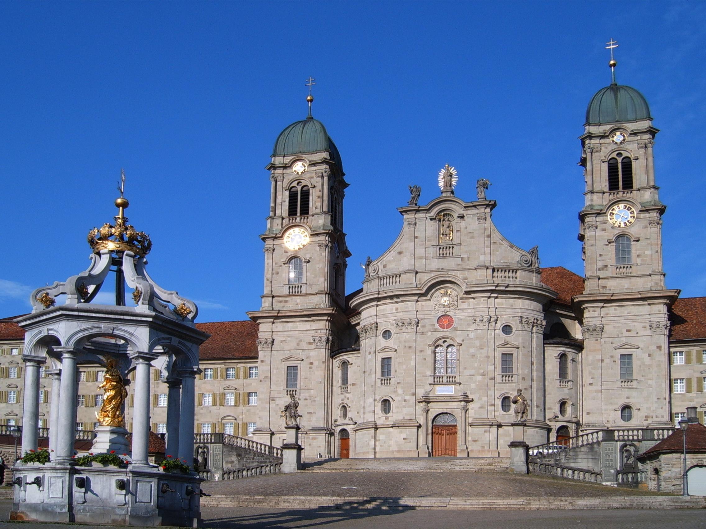 Die schwarze verdammte Kirche aus Metall