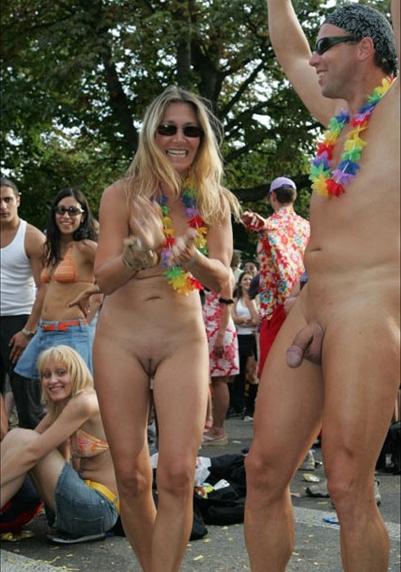Nude in Public ? Personen feiern nackt auf einem Festival