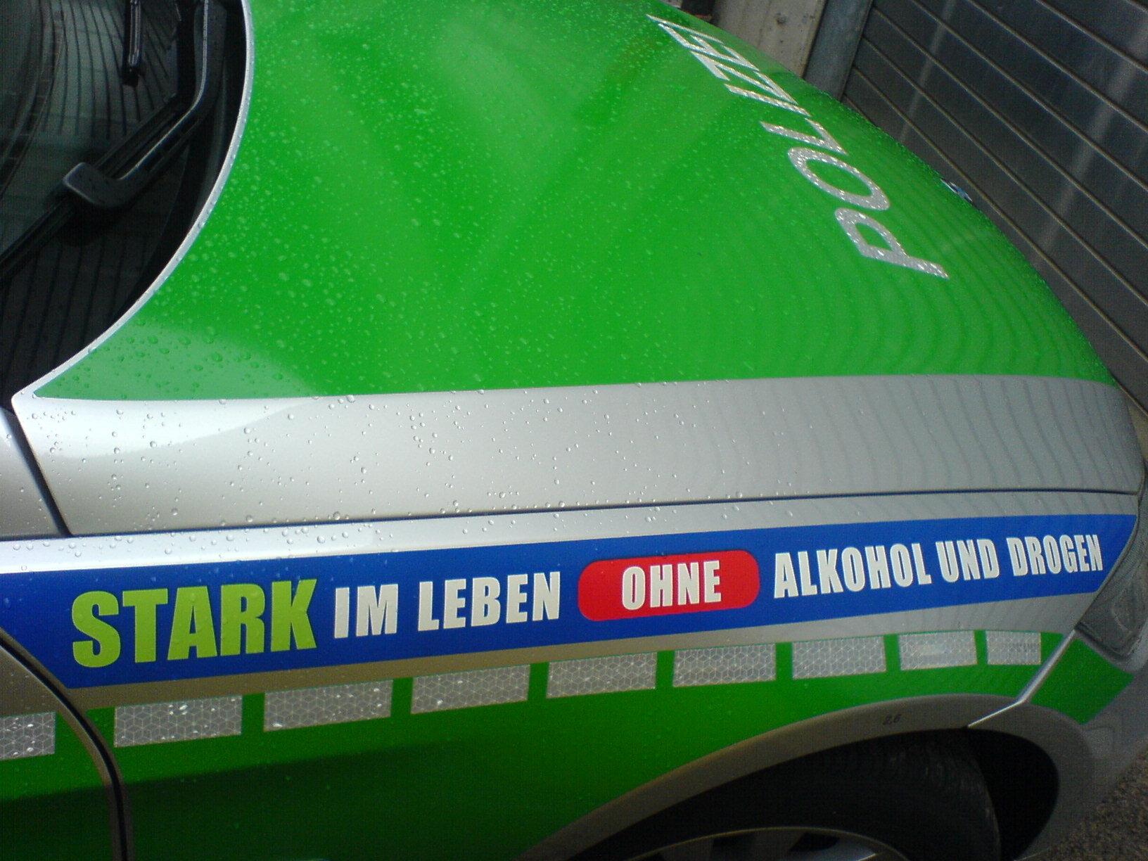 Im leben ohne alkohol und drogen auf einem einsatzfahrzeug der polizei