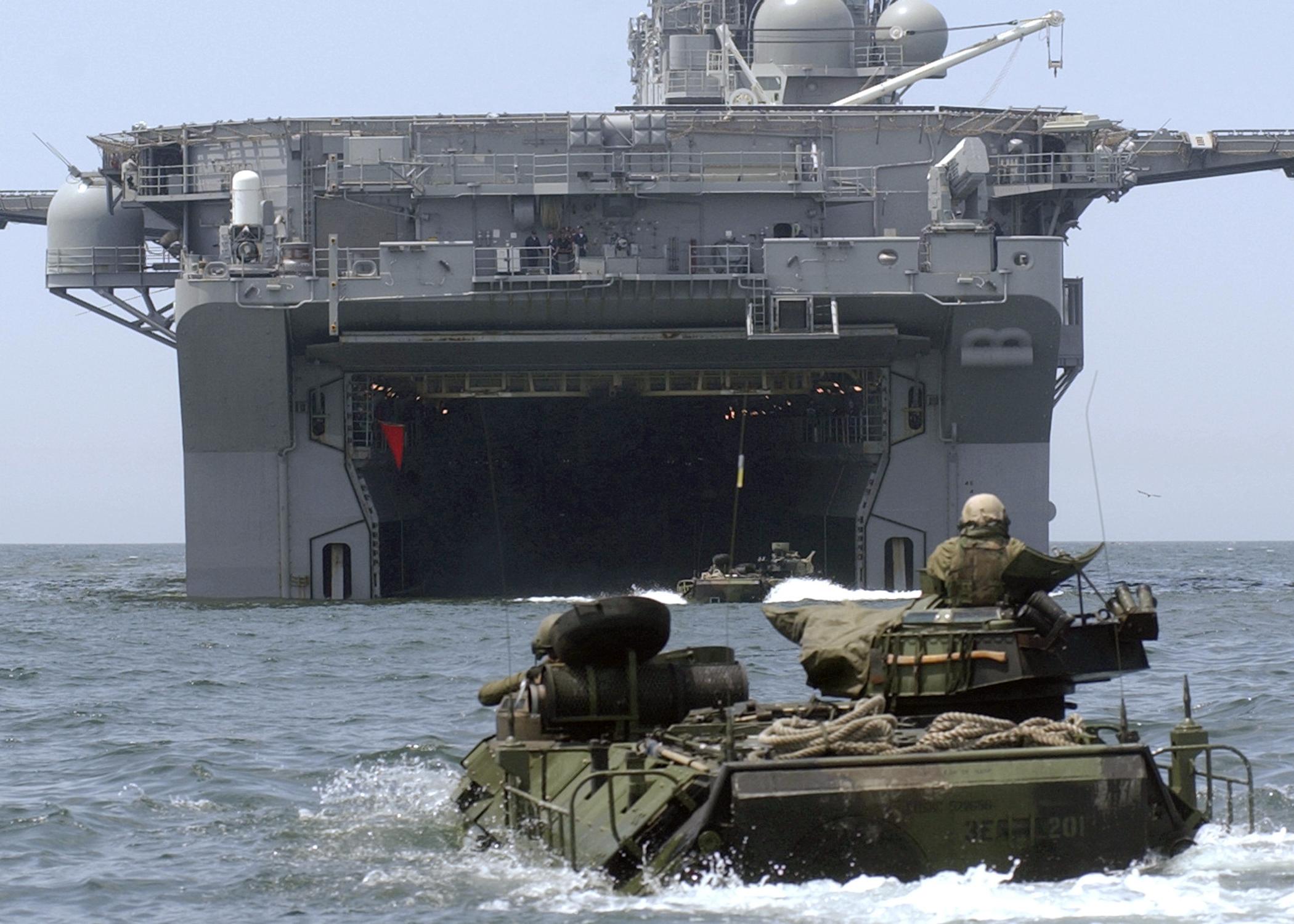 [Imagen: USS_Bonhomme_Richard_(LHD-6)_welldeck.jpg]